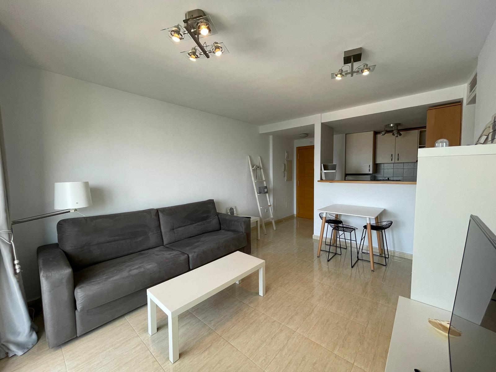 Gepflegte Wohnung in Cala Tarida, direkt am Strand.