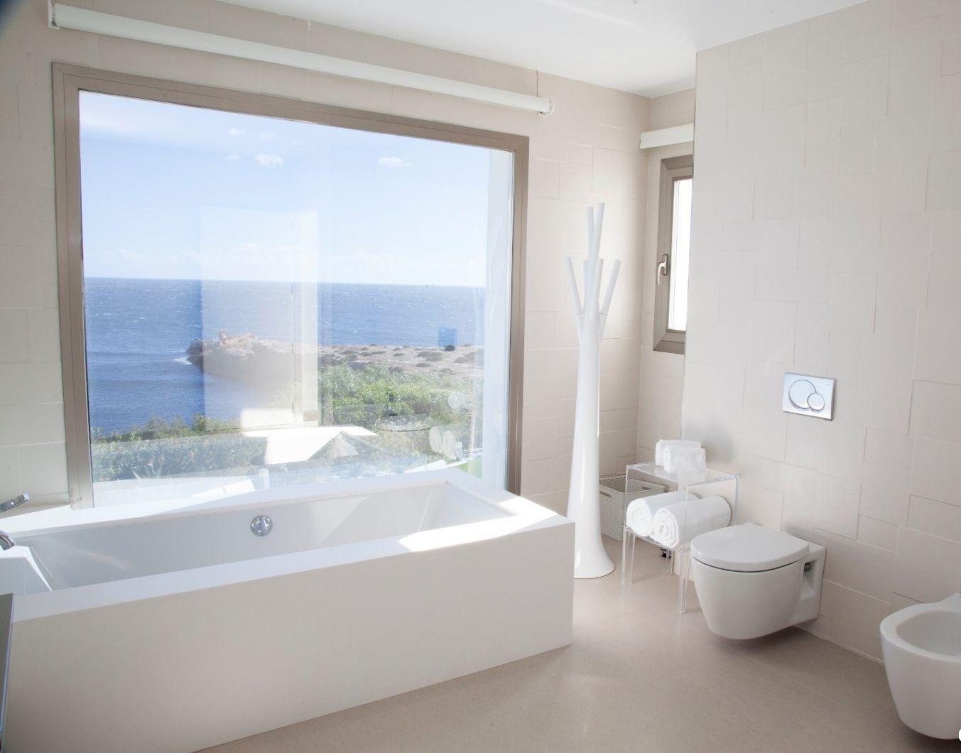Eine der besten Villen auf Ibiza zum Verkauf direkt am Meer mit Touristenlizenz